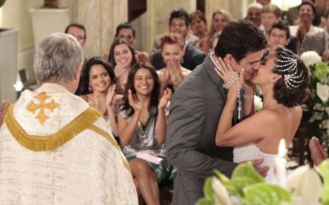 Padre declara Leticia e Guilherme casados e os dois se beijam