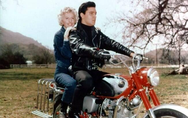 """Elvis Presley e Barbara Stanwick em """"Carrossel de Emoções"""""""