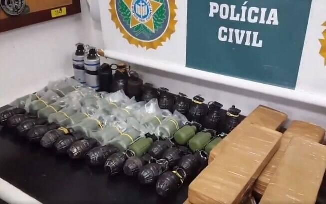 policiais da Delegacia de Roubos e Furtos e Cargas encontraram um paiol com 48 granadas na favela