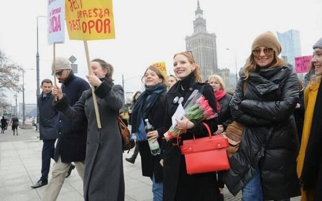 Na Varsóvia, capital da Polônia, mulheres protestam pelo fim da discriminação e por direitos reprodutivos