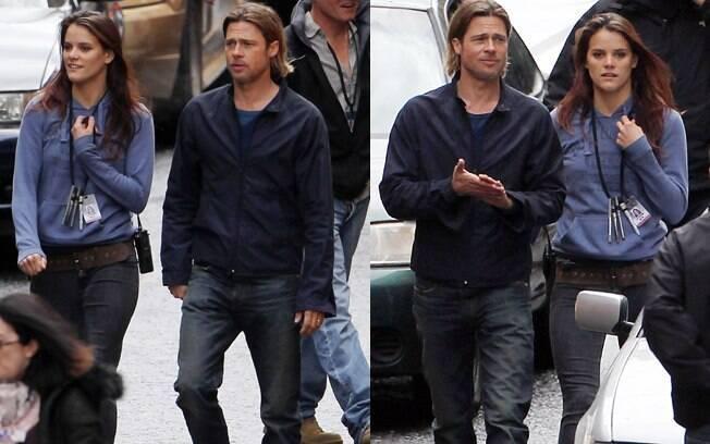 Brad Pitt e a assistente passeiam juntos durante um set e outro
