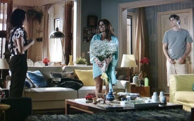 Cadu flagra Clara exibindo lingerie no corpo para Marina