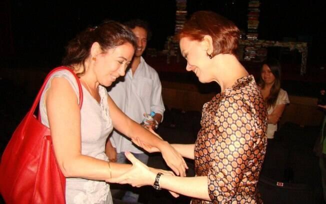 Lília Cabral cumprimenta a amiga Júlia Lemmertz