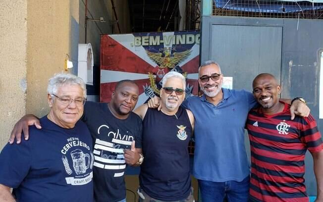 Marcelo Viñhaes, no centro, ao lado de outros integrantes da escola de samba carioca