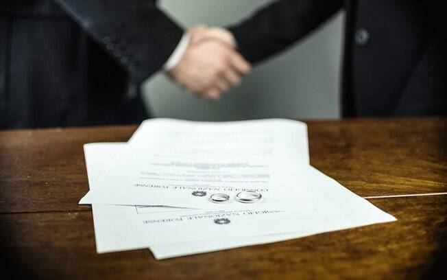 Processo no País  ocorre somente com o consenso entre o casal, em um cartório e com o acompanhamento de um advogado