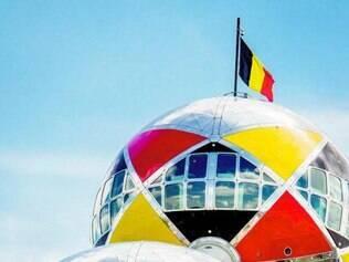 A esfera superior do monumento Atomium, em Bruxelas, foi envolvido ontem com as cores belgas para apoiar a selecção nacional de futebol na Copa do Mundo no Brasil