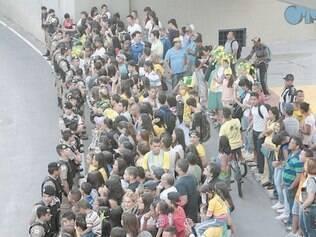 Multidão se aglomerou na porta do hotel para ver a chegada da seleção