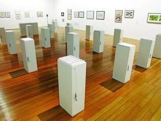 """Concentração. """"21 Formas de Amnésia"""" dá título à instalação que tem origem na fragmentação de um desenho em pequenos quadrados"""