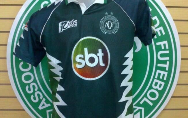 O Sistema Brasileiro de Televisão também já estampou sua marca no uniforme da Chapecoense