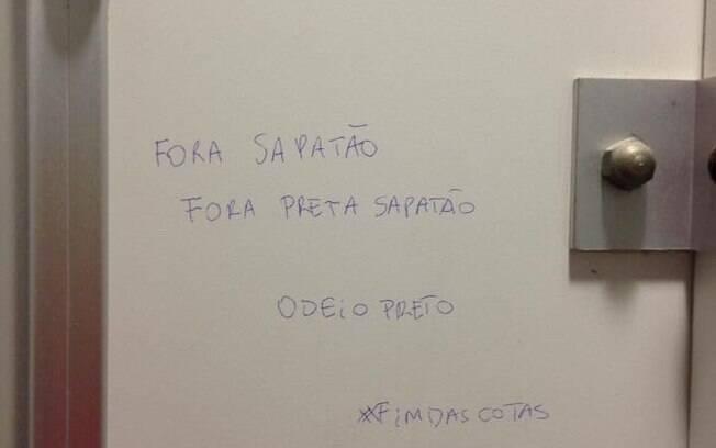"""Pichações na porta de um banheiro da FDSBC incluíam dizeres como: """"fora sapatão"""", """"odeio preto"""" e """"fim das cotas"""""""