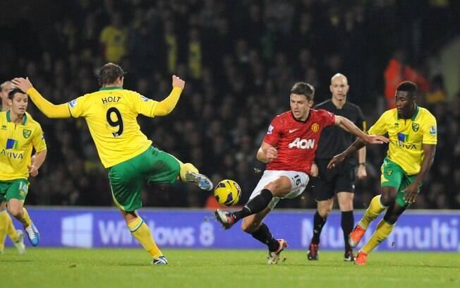 A série de cinco vitórias caiu na 12ª rodada.  O United perdeu por 1 a 0 do Norwich e foi  ultrapassado pelo City