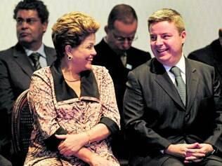 Casamento eleitoral. Dilma Rousseff e Antonio Anastasia buscam o apoio dos prefeitos mineiros