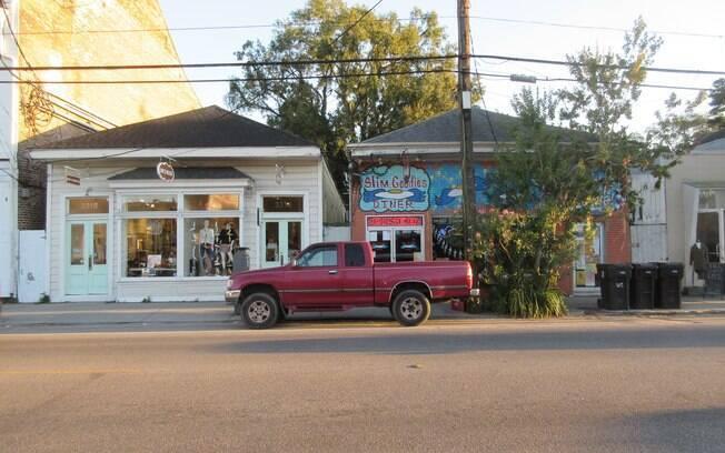 Picape estacionada em frente a lojas na Magazine Street