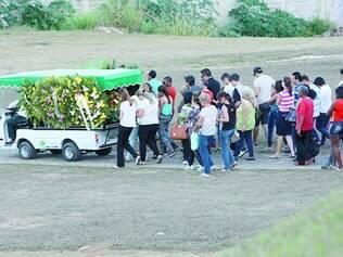Despedida. Cerca de cem pessoas, inclusive passageiros da linha, foram ao sepultamento de Hanna, condutora do ônibus