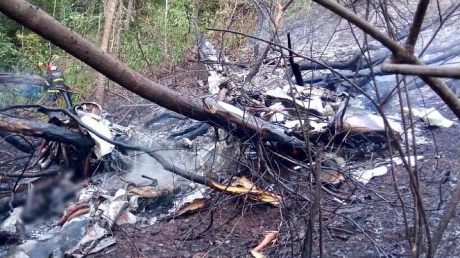 Avião bimotor carbonizado, após queda na mata no MT