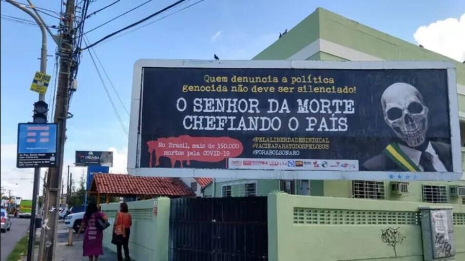Outro outdoor com críticas a Bolsonaro é avistado, agora em Olinda-PE