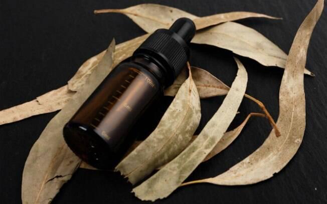 O óleo de eucalipto pode ser usado numa inalação ou num escalda pés para efeito refrescante e energizante
