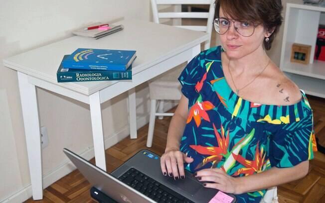A dentista Marcella checava os e-mails à noite durante as férias e acabou dormindo um dia inteiro durante a viagem a Paris