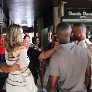 Ana Paula causa alvoroço em porta de salão no Rio de Janeiro