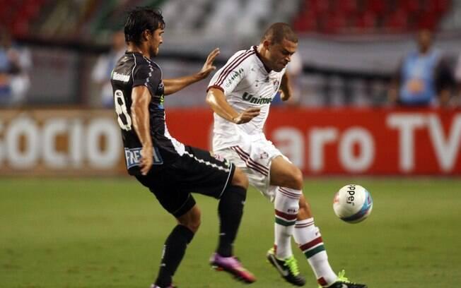 Edinho e Pedro Ken disputam a bola no  Engenhão. Primeiro tempo foi bem disputado