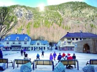 Rjukan. Durante seis meses do ano, a cidade fica escondida do Sol, que passa por trás da montanha