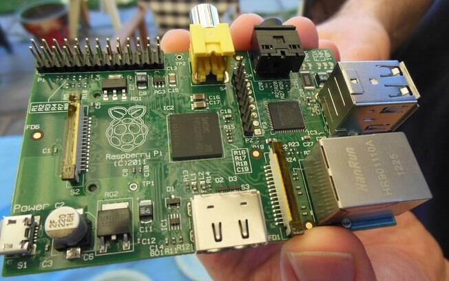 Raspberry PI, computador de baixo custo, cabe em apenas uma mão, mas não vem com gabinete, teclado ou monitor e é vendido por US$ 25 na versão mais básica