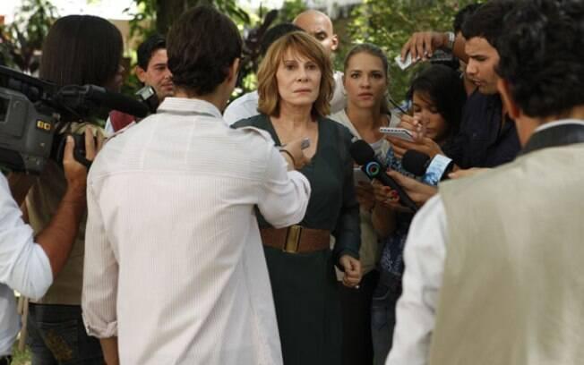 Danielle enfrenta a imprensa e conta toda a verdade sobre o bebê de Esther