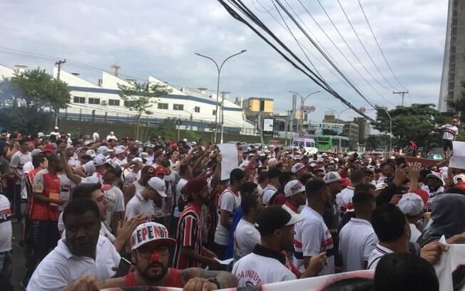 Torcida do São Paulo protesta na Barra Funda