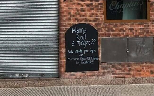 """""""Quer alugar um anão? Pergunte no bar para mais detalhe ou mande mensagem no Facebook"""", diz placa na porta do pub"""