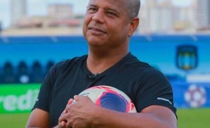 Marcelinho Carioca chora após filho marcar gol de falta; assista