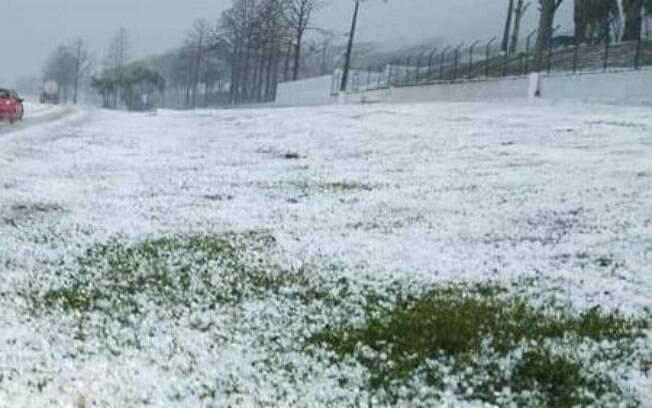 Santa Rita do Sapucaí ficou branca devido a chuva de granizo.