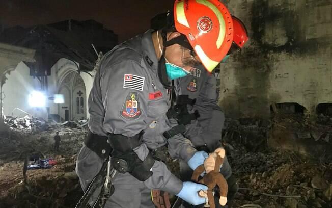 Bombeiro encontra brinquedo em meio a escombros de prédio em SP; duas crianças estão entre as vítimas