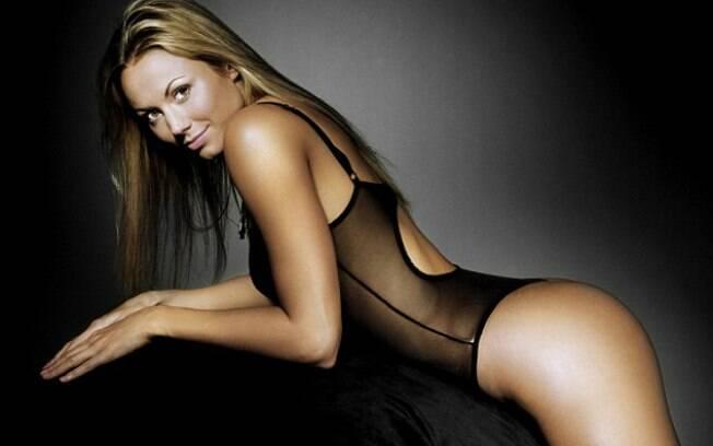 Stacy Keibler, namorada George Clooney, em ensaio sensual só de lingerie