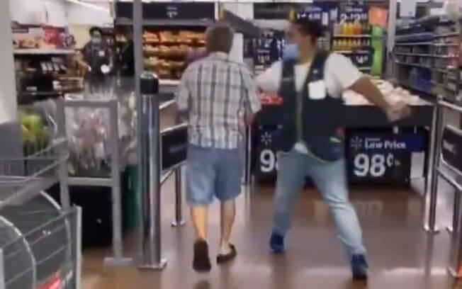 Nas imagens, é possível ver que funcionário tenta evitar entrada do homem sem máscara