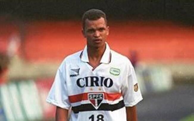 Warley com a camisa do São Paulo, em 1999