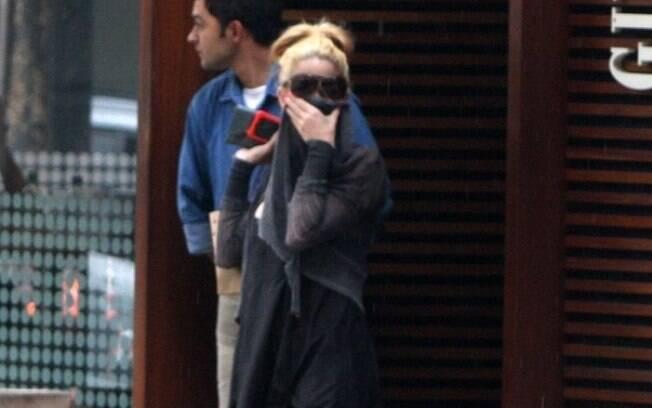Danielle Winits esconde com blusa a boca machucada em queda durante o musical