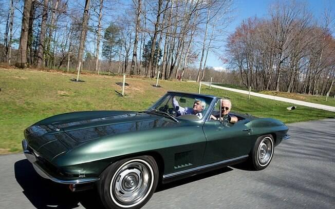 Joe Biden ao volante de seu  Corvette Stingray 1967 pintado de Verde Goodwood com o apresentador de TV e colecionador de carros Jay Leno