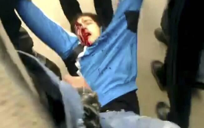 Imagem reproduzida de vídeo amador alega mostrar manifestante ferido sendo retirado de Douma, subúrbio de Damasco, Síria, em 30/12