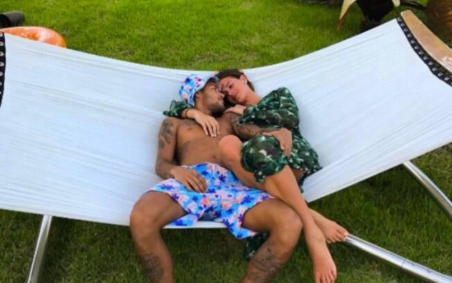 Bruna Marquezine e Neymar curtem o dia juntinhos em clima de romance