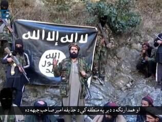 Quase dez ex-comandantes talibãs do Paquistão e do Afeganistão juraram lealdade coletiva ao grupo Estado Islâmico (EI), de acordo com um vídeo divulgado neste fim de semana em fóruns jihadistas on-line