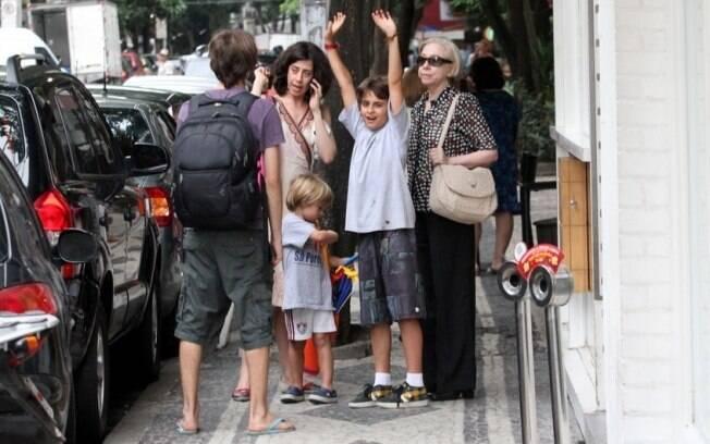 Fernanda Montenegro levou a filha, os netos e duas amigas para almoçar no Rio