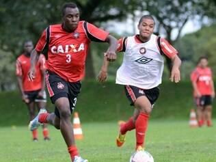 Zagueiro Manoel (esq.) está afastado desde a saída do Furacão da Libertadores