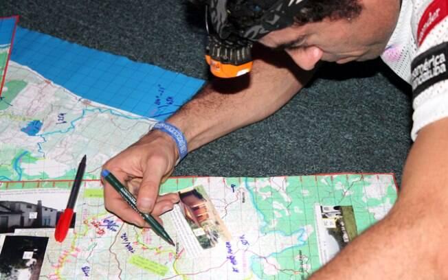 A corrida começa na verdade na véspera da  largada, com a entrega de mapas. É ali que os  atletas conhecem o percurso