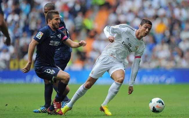 Cristiano Ronaldo é marcado por Portillo no jogo entre Real Madrid e Málaga