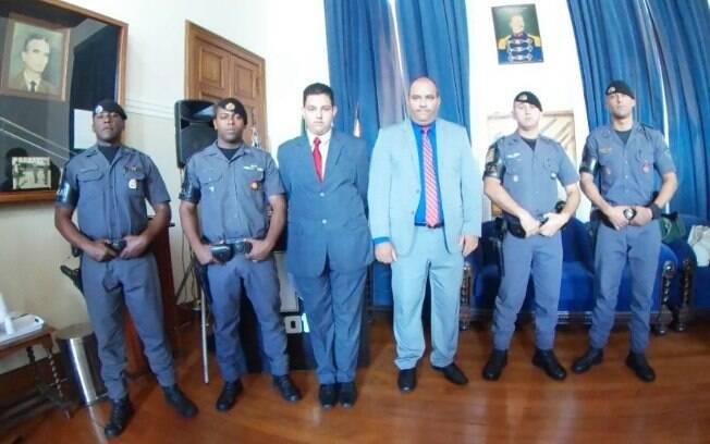 (esq): Cabo PM Ivair, Sargento PM Clayton, Adriano, Sr. Jones Rogério Veloso, Cabo PM Freitas e Soldado PM Diego. Equipe de ROTA que prendeu o assassino de Daniel, filho do Sr. José