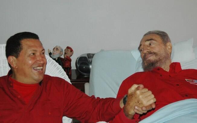 Foto divulgada pelo jornal cubano Granma mostra Fidel Castro e Hugo Chávez de mãos dadas enquanto líder cubano se recuperava de cirurgia em agosto de 2006