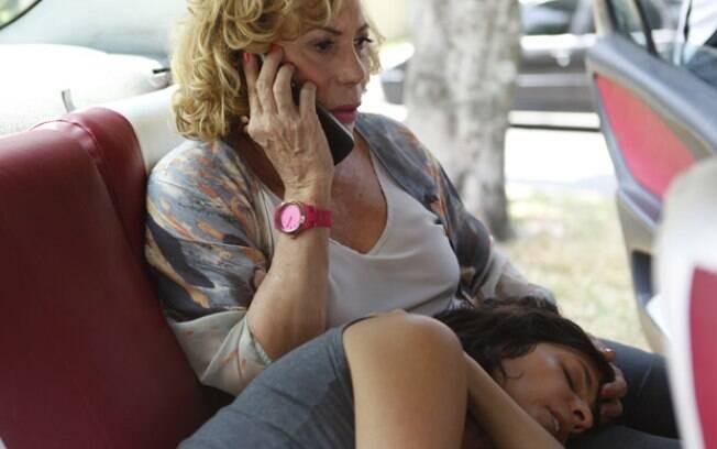 Chiara morre no táxi de Vilma, a caminho do hospital, em Fina Estampa