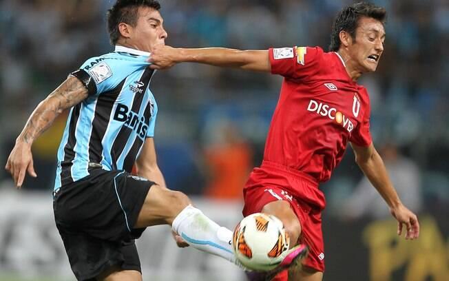 Vargas disputa a bola com jogador da LDU