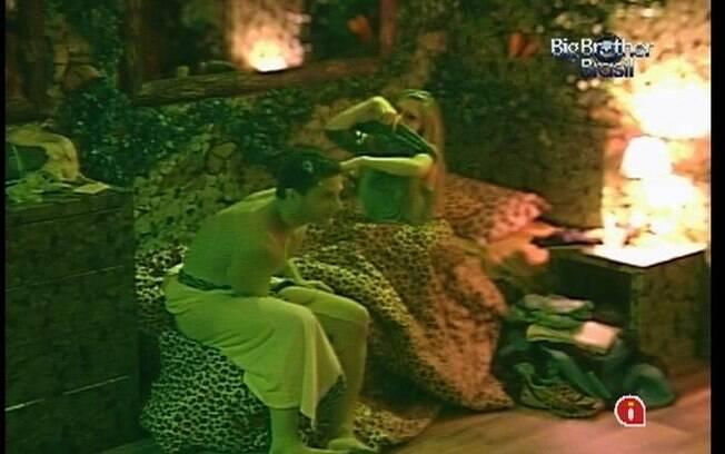 Renata e Ronaldo se paqueram no Quarto Floresta