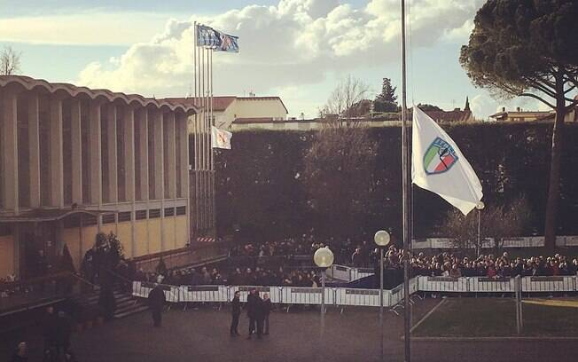 O velório de Davide Astori aconteceu no centro de treinamento da Federação Italiana de Futebol nesta quarta-feira e contou com a presença de jogadores e torcedores